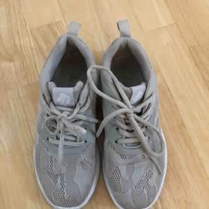 Sneakers från Dinsko. Väldigt mjuka och sköna! Storlek 36. Som nya, endast använda ett fåtal ggr mest inomhus.köparen betalar frakten!