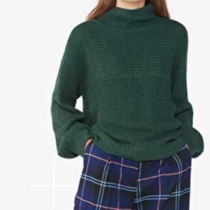 """Mörkgrön stickad tröja fr Monki Skick: har lite nopprar på några ställen men går bort med """"noppermaskin"""""""