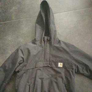 Cool, svart anorak-jacka från märket Carhartt. Storlek S! Inköpspris: 1600 SEK