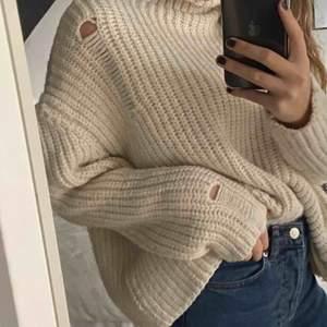 Mysig stickad tröja från chiquelle, nästan åldrig använd. Säljer pga den inte kommer till användning