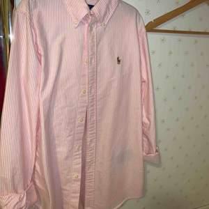 Polo Ralph Laurent skjorta, använd ett fåtal gånger. Fin rosa och vi randig
