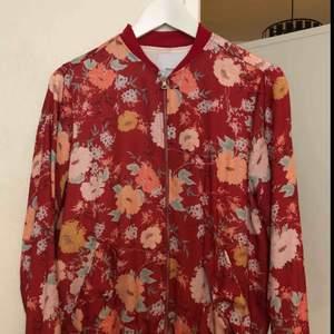 Pull&Bear flower orient jacket. Passar perfekt som en vanlig tunn jacka eller ser grymt ut med ett par jeans!  Knappt använd