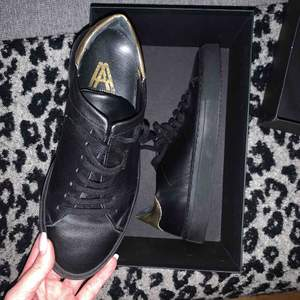 Skor ifrån Axel Arigato i läder. Använda 1 gång, säljer för att de är förstora 🌞