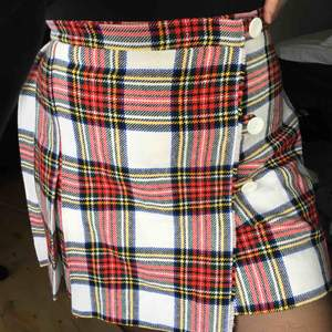 Söt kjol i tjockare tyg, passar en M kanske en stor S eller liten L... frakt tillkommer på 20 kr, är prutbar❤️❤️