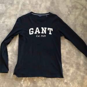 En väldigt fin GANT tröja som är använd en enstaka gång därav i ett väldigt fint skick. Skriv för fler bilder💗💗
