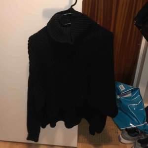 Svart finstickad tröja från ginatricot, den är kortare på framsidan och lite längre på baksidan och så har den en polokrage. Frakt på 50kr tillkommer.🌸