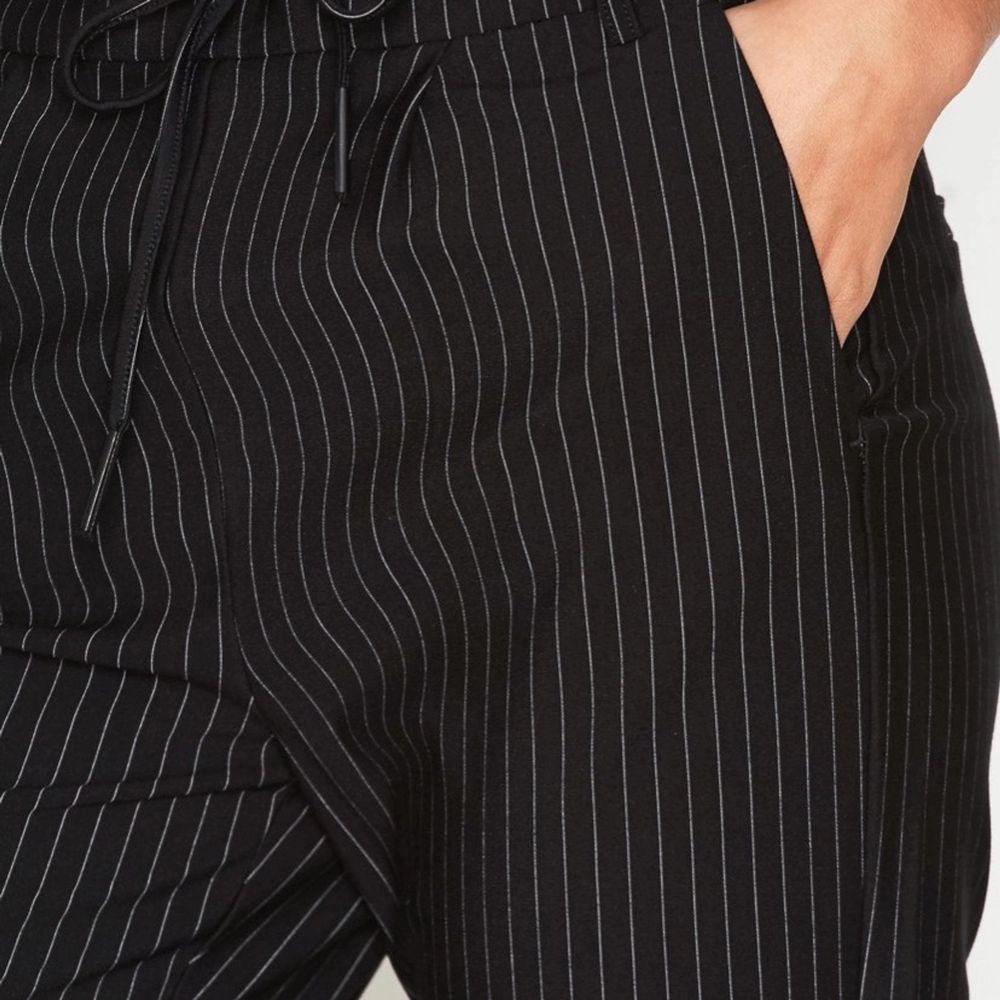 Jättefina och bekväma randiga kostymbyxor, nyskick!! Frakt tillkommer, skriv för fler bilder. Jeans & Byxor.