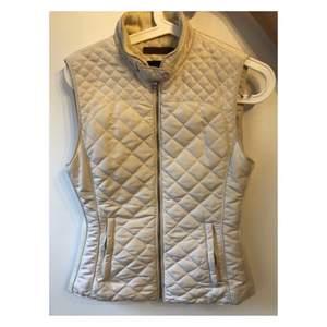 Mycket fin vest i väldigt bra skick. Den är storlek S och är från Zara. Säljes pga ingen användning. Köparen står för frakt eller hämtas upp i Stockholm.
