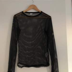 """Svart """"nättröja"""", strl M. Oanvänd och bra skick. Skulle vara snyggt under en t-shirt eller liknande. Köparen står för frakt."""