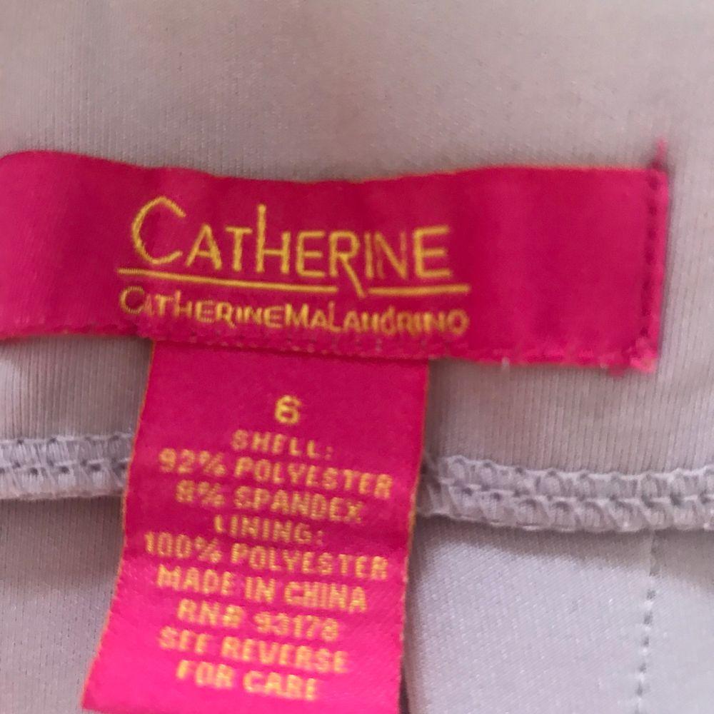 Midi kjol i fantastiskt fin lilac färg från Catherine Malandrino. Dragkedja längs hela baksidan och super flatterande! Lite dyrare märke därav priset. Storlek 6 köpt i USA. 150kr utan frakt Fraktar eller möts i Sthlm. Kjolar.
