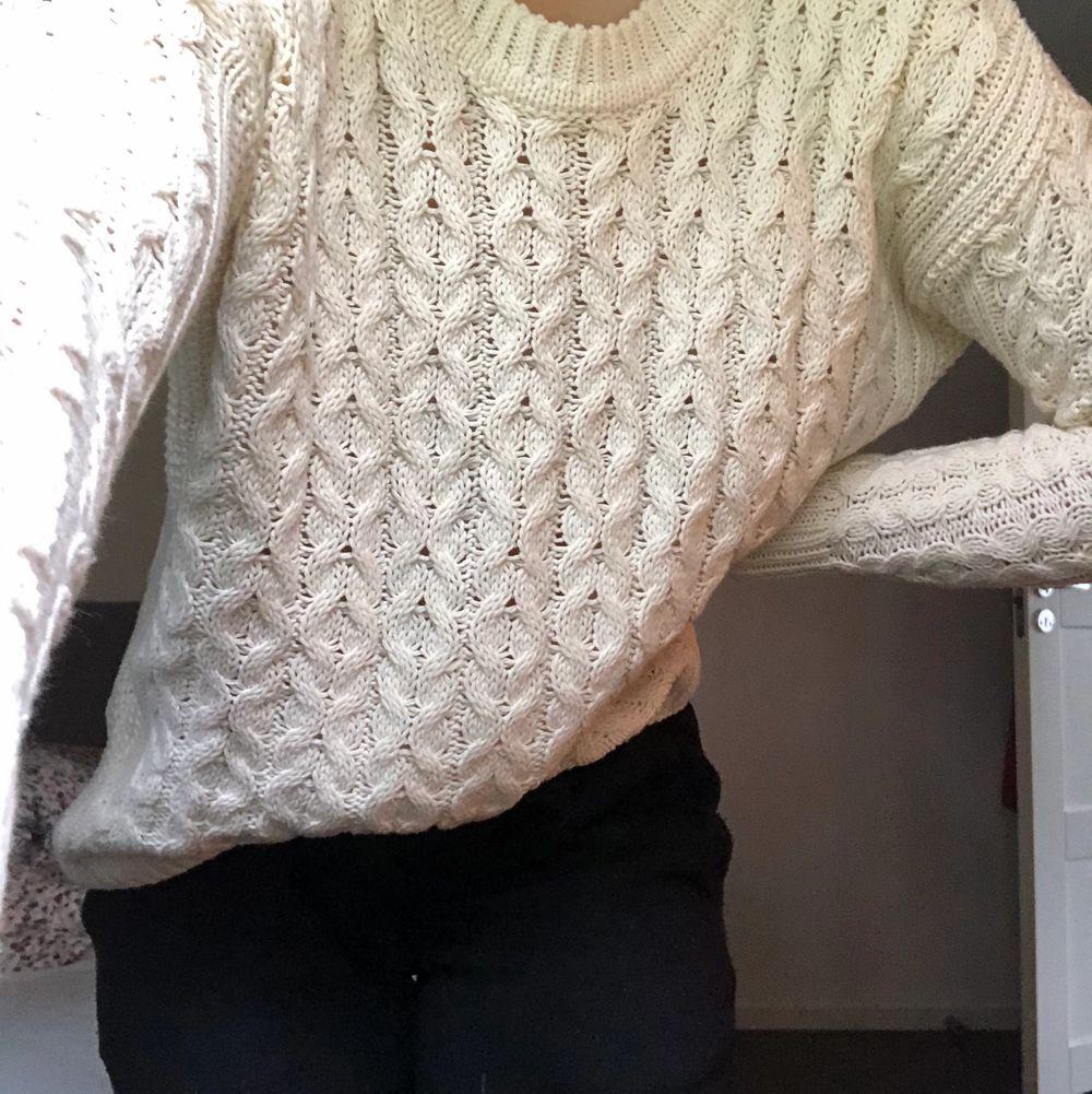 En mysig kabelstickad tröja ifrån hm, den är som ny😚 perfekt till hösten 🍂 . Tröjor & Koftor.