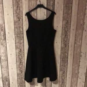 Svart klänning från H&M stl 36..Aldrig använd..köparen står för frakt. Vid frågor så är de bara att skriva🥰
