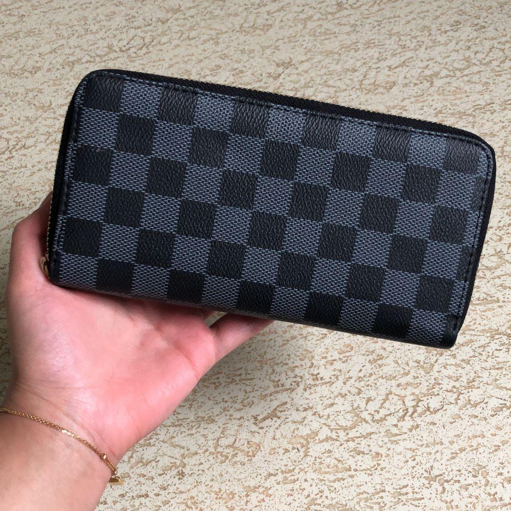 Säljer en fake louis vuitton plånbok i ett mycket bra skick. Aldrig använd. 99kr + frakt. Väskor.