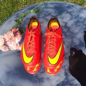 💖Säljer mina fotbollsskor från Nike i mycket bra skick för ett mkt billigare pris. Optimalt för konstgräs. Originalpris runt 900kr. Färg: Stark rosa/orange och gul. Inkluderar ankelskydd