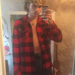 Snygg äkta dickies flannell skjorta i extremt gott skick. Den är storlek small och är för liten för mig (därav den obekväma uppknäppta skjort bilden🤮🤮🤮) riktigt cool faktiskt! köpare står för frakt ifall vi inte kan träffas på söder☺️