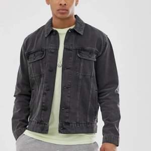 Säljer min gråsvarta jeans jacka. Använd ett par gånger men har en samma i ljusblå och använder den mer. Storlek M. 479 ny, säljer för 250
