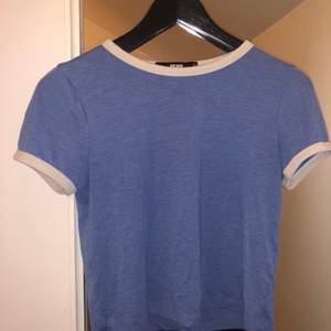 En superfin blå t-shirt från BikBok i storlek XS men passar garanterat även en S. Priset kan diskuteras vid snabb affär