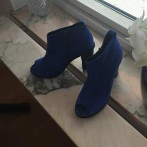 Super snygga kornblå skor i storlek 39 från topshop!   Köparen betalar frakt eller upphämtning i Upplands-Bro :)