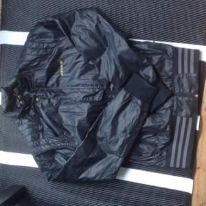 Vindjacka/regnjacka tunn i materialet, från Adidas. Gott skick, ca 2 år gammal. Pris kan diskuteras vid snabb affär. Finns i Stockholm.