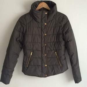 Fin jacka i gråbrun färg med bruna sömmar från vila Sparsamt använd.  Storlek M men passar även mig som har S/XS