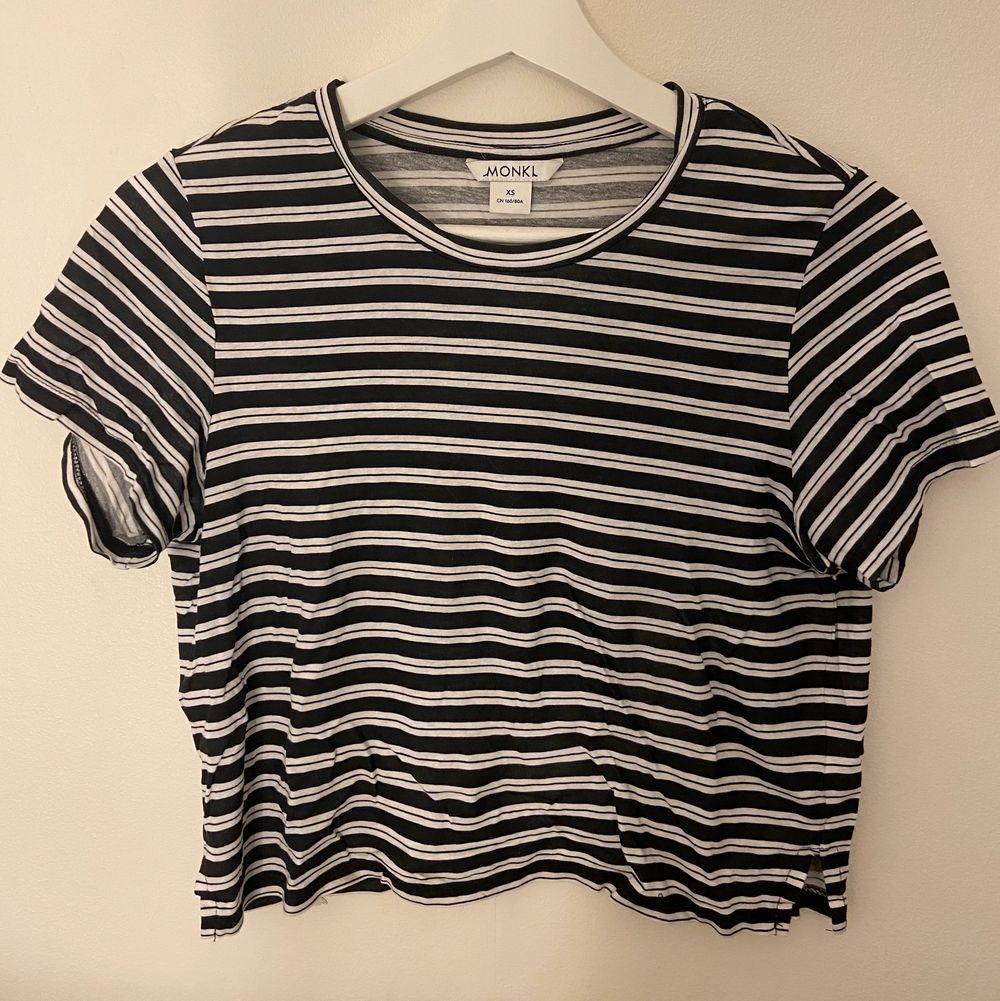 Fin randig t-shirt från Monki. Storlek xs. . T-shirts.