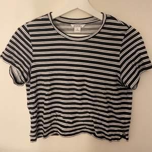 Fin randig t-shirt från Monki. Storlek xs.