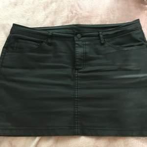 Minikjol i svart, typ glansig så ser ut som fejk-skinn 🖤 Cubus, storlek 40 men passar nog 38-42 tror jag. Skitcool, men lite för kort för mig 😩 Väldigt mkt biker-girl vibes 😍 Perfekt med stövlar eller klackar till!!