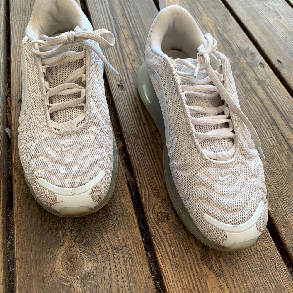 Säljer mina Nike 720 för jag använder inte dem längre och de har fått lite punka där nere men fungerar som vanligt ändå! . Skor.