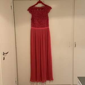 En ny fest/balkläning som är oanvänd. Den är ny och storleken är 42. Pris: 400kr