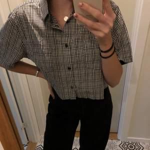 Svartvit rutig skjorta, avklippt i midjan❤️ passar många storlekar beroende på önskad passform, jag är vanligtvis S/M