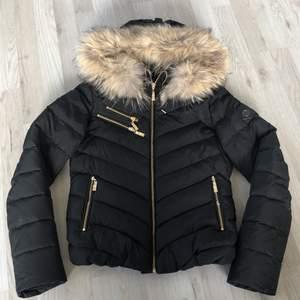 Säljer min hollies jacka som är i ett mycket bra skick. Använd förra vintern men efter som de aldrig blev så kallt så kom den inte så mycket till användning