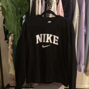 En svart Nike sweatshirt i storlek xs-m. Skriv om du är intresserad! Kan sälja direkt för 770kr inkl frakt. Budgivningen avslutas 18/10 kl 20:00
