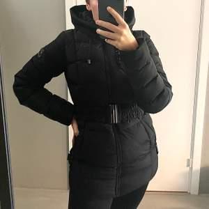 Säljer denna snygga och jättevarmt jackan från Hollies då den är lite för liten för mig. Köpte den för 3 år sen för 2000kr men har endast använt typ en vinter, den är i jättefint skick och asvarm!⭐️ Kan mötas upp annars står köparen för frakt💛