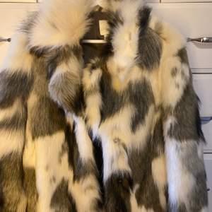Så mysig fin tjock pälsjacka ifrån Hm, (Fake såklart) köpte den förra vintern! Storlek S vilket jag vanligtvis har. Passar till en tjock hoodie under. Skulle säga ungefär komönster fast mer beiga toner. Köparen står för frakten eller så kan jag mötas🤍🤍