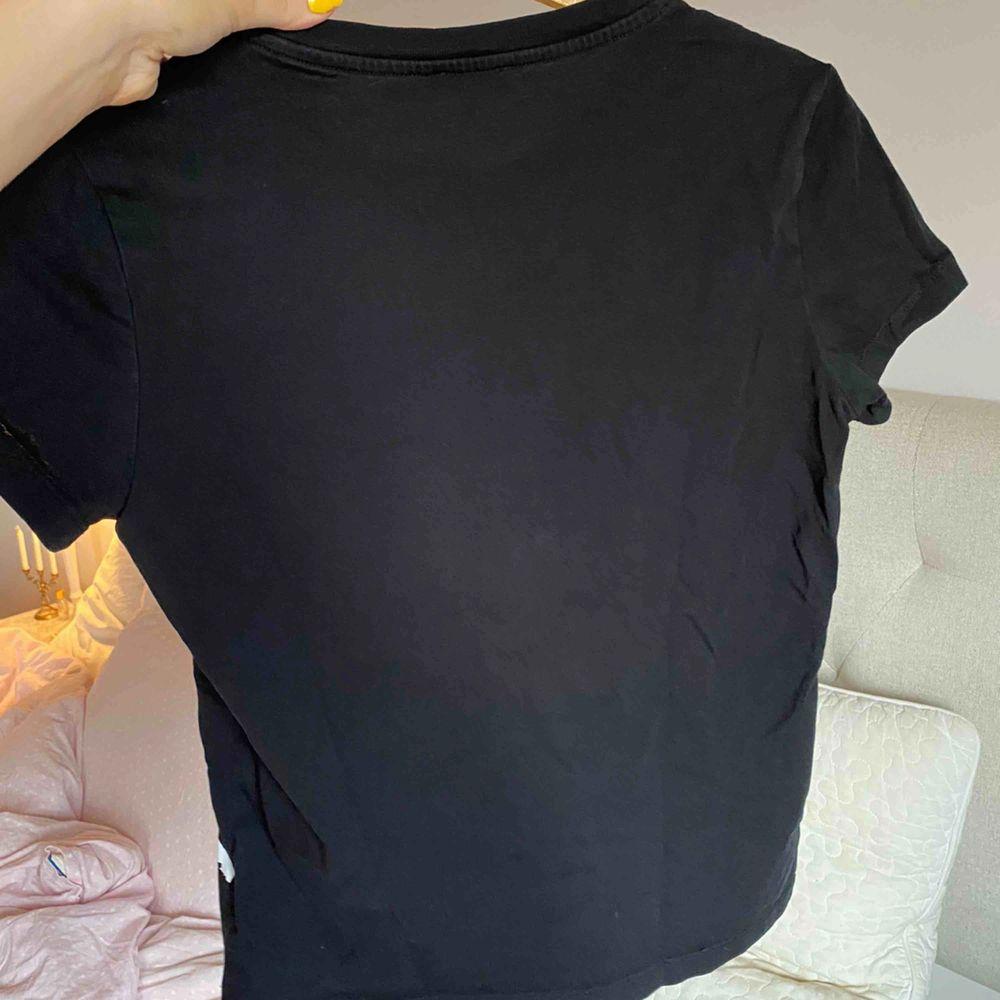 Helt NY kenzo t-shirt, nypris är 1000kr men kan diskutera pris vid snabb affär! Kram ❤️. T-shirts.