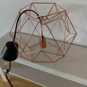 Super fina guldfärgad lampa! Kan mötas i Karlstad annars står köparen för frakt!   Priset går att diskutera.