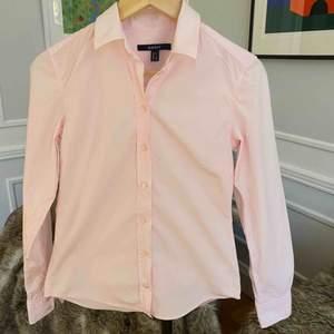 Säljer denna ljusrosa Gant skjorta. köpt på NK i storlek S. Skjortan har aldrig använts