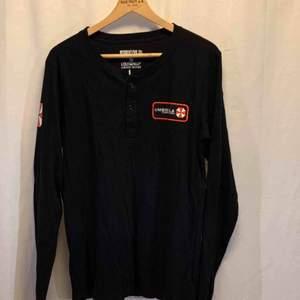 RESIDENT EVIL 20th anniversary tröja från Loot wear. Storlek L tröjan är i mycket gott skick.    Kan hämtas i Uppsala eller skickas mot fraktkostnad.