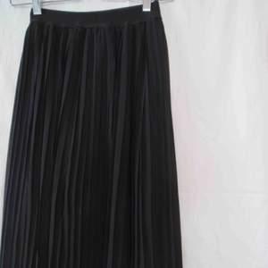 Supergullig kjol som är knälång , använd fåtal gånger !