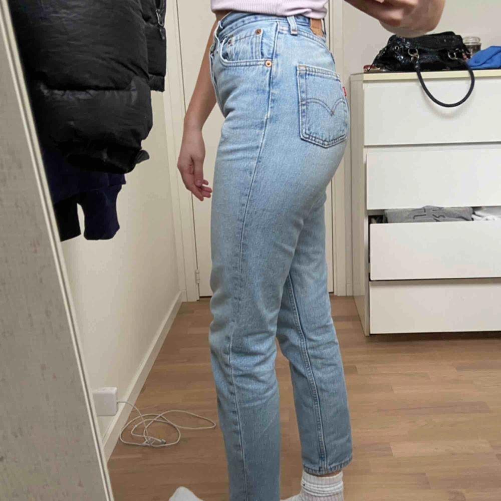 Säljer dessa as snygga ljusblåa Levis jeans i storlek 27x30. Säljer då jag tycker dom blivit aningen korta för min smak och här är 172 cm. Dom är i fint skick. . Jeans & Byxor.