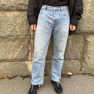 501 Levi's jeans, perfekt slitna. L: 32. Unisex. Passar strl 42/44 eller ca w33. Hämtas i Stockholm city eller skickas mot fraktkostnad.