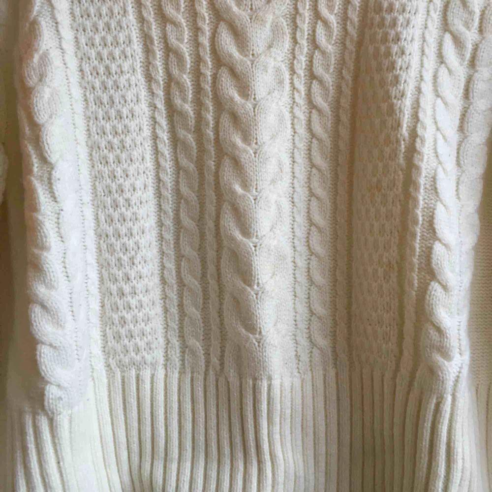 Sååå fin stickad tröja! Perfekt nu till hösten, säljer pga för liten (tyvärr). Frakt tillkommer. Stickat.