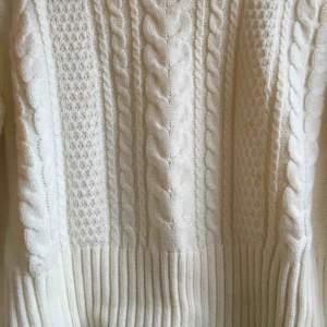 Sååå fin stickad tröja! Perfekt nu till hösten, säljer pga för liten (tyvärr). Frakt tillkommer
