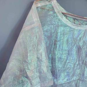 """Genomskinlig och lite """"bensin-glansig"""" over-size tröja som är väldigt snygg att ha över en topp, t-shirt eller en snygg BH! 💃🏼  Jag kan både mötas upp eller skicka💌🤗"""