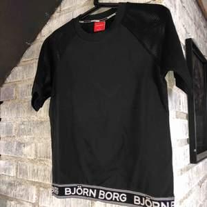 Snygg Björn Borg tshirt i lite tjockare material. Sitter bra och är stretchig, fishnet ärmar. Strl S men passar både M och XS beroende på hur man vill ha den. Använd endast en gång då den inte är min stil. Nypris ca 350kr