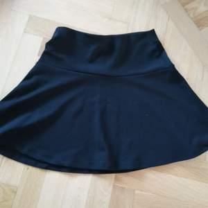 Svart kjol esprit 🌈 Kan skicka fler bilder vid intresse! Håller på att rensa inför en flytt, kommer att lägga upp massa kläder för ett billigt pris. Kan samfrakta och det går även bra att hämta det på söder i Stockholm där man kan fynda mer hemma hos mig! 🌟