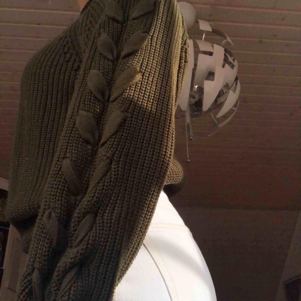 Supermysig stickad tröja från HM med knutar vid armarna. Använd 1-2ggr. Huvtröjor & Träningströjor.