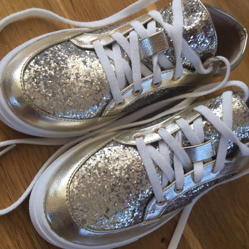 Glittriga skor som aldrig är använda!!. Skor.