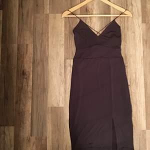 Sjukt snygg festklänning från Nelly NLYTREND! I stretchigt material och figurnära, med smala axelband som korsas bak på ryggen. Skulle beskriva färgen som en grå/lila-neutral färg. För stor i storleken för mig, så aldrig kommit till användning tyvärr.  Köparen står för frakten 🌸