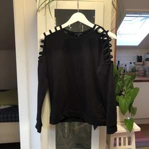 Cool svart tröja med hål på axlarna från Amisu. Säljes pågrund av ingen användning längre❤️